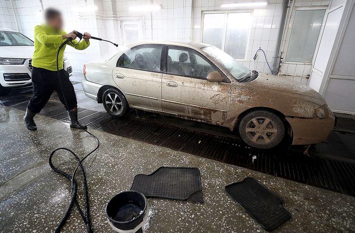 Podczas mycia auta można zużyć nawet ponad 400 litrów wody