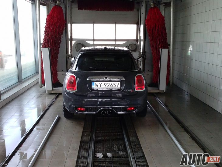 Błędne jest przekonanie, że zimą nie należy myć samochodu