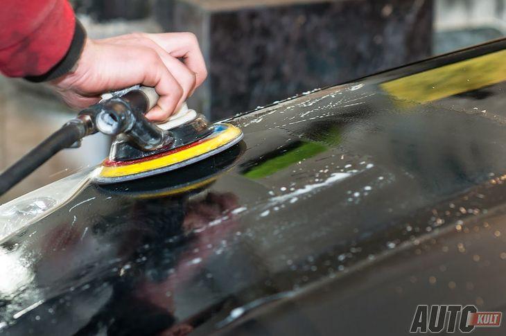 Polerowanie można wykonać ręcznie lub za pomocą specjalnej maszyny