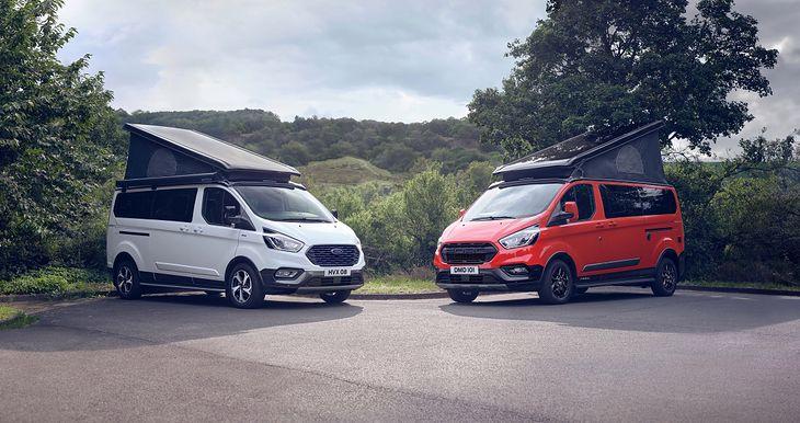Ford Nugget Active (biały) i Trail (pomarańczowy).