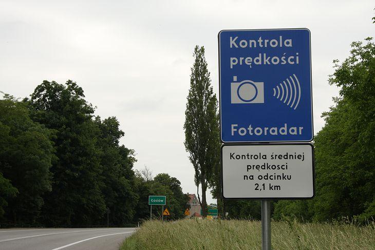 """Odcinkowe kontrole prędkości największy sens mają tam, gdzie jest dużo pieszych. Wielu kierowców """"łapie się"""" jednak na odcinku wytyczonym w lesie."""