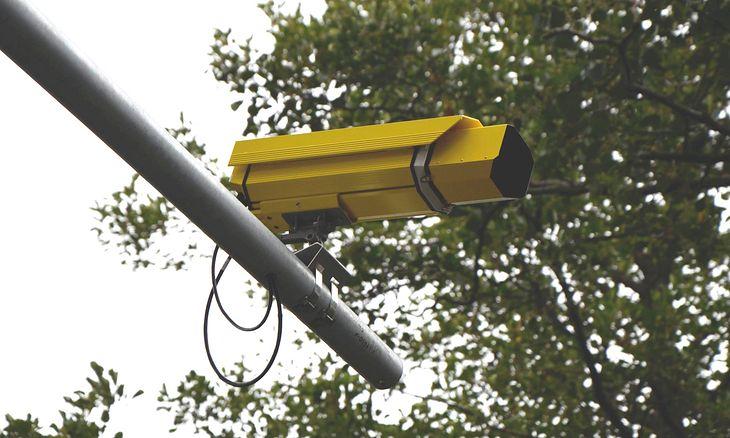 Kamery robią zdjęcia, a odpowiednie służby je wysyłają. To jednak nie wystarczy, by ukarać kierowcę.