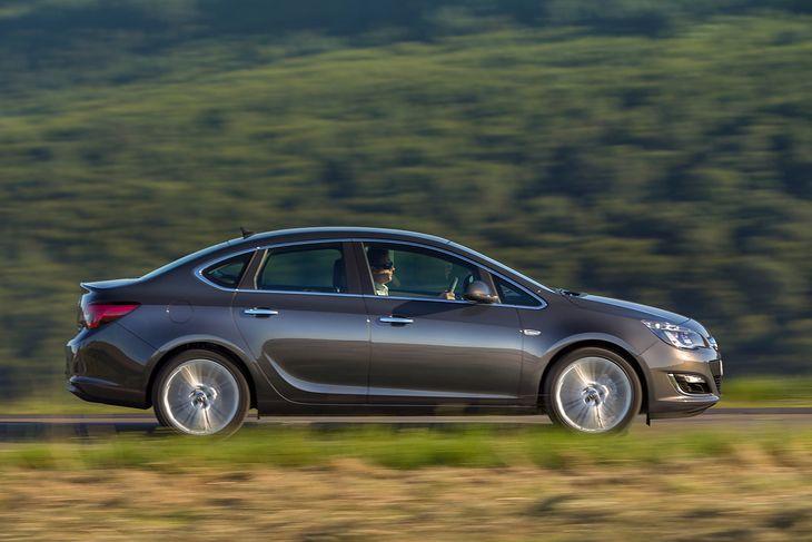 Opel Astra poprzedniej generacji to jeden z najzgrabniejszych sedanów segmentu C. Wciąż można go kupić w korzystnej cenie i jako jedyną Astrę z LPG.