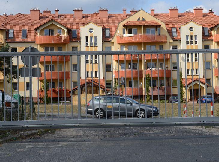 Odwiedziny u osoby mieszkającej na zamkniętym osiedlu mogą być sporym wyzwaniem. Problemem jest parkowanie