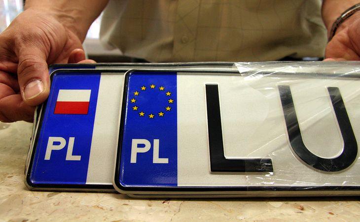 Pomysł, by tablice rejestracyjne przypisane były do jednego auta na całe jego życie, napotkał pierwsze problemy