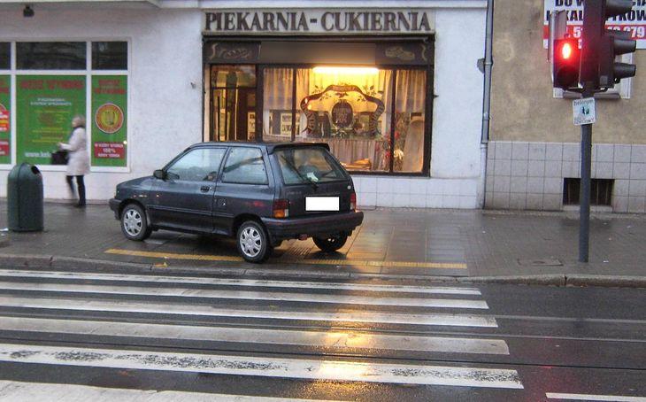 Nawet tak bezczelne parkowanie nie powinno nas skusić. Zamazanie tablic rejestracyjnych to minimum