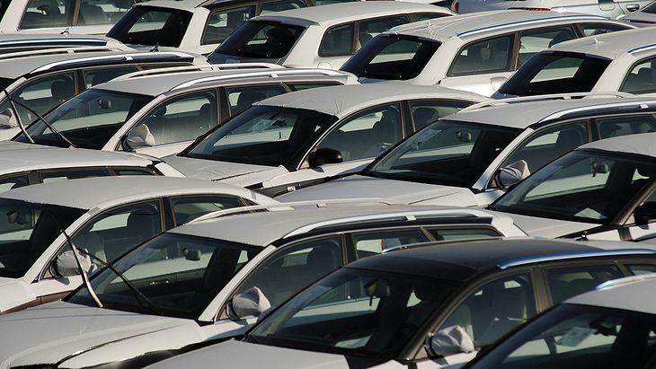 Tysiące niesprzedanych aut zalega na przyfabrycznych placach.