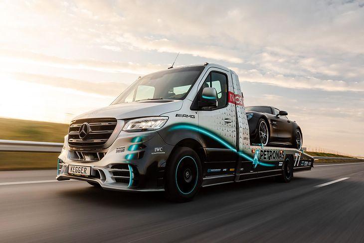 Mercedes Sprinter 319 Petronas Edition kosztuje 460 tys. zł netto, ale to i tak trochę mniej niż najtańsza wersja auta, które wiezie na zdjęciu.