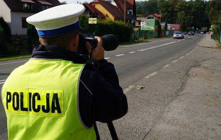 Gdy kierowcy orientują się, że przy drodze stoi policjant, jest już za późno