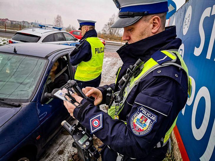 Po zatrzymaniu dowodu rejestracyjnego nie obejdzie się bez wizyty na policji. W niektórych sytuacjach można jej jednak uniknąć