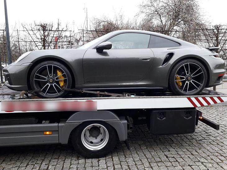Policjanci z Krakowa przejęli auto warte blisko milion złotych.