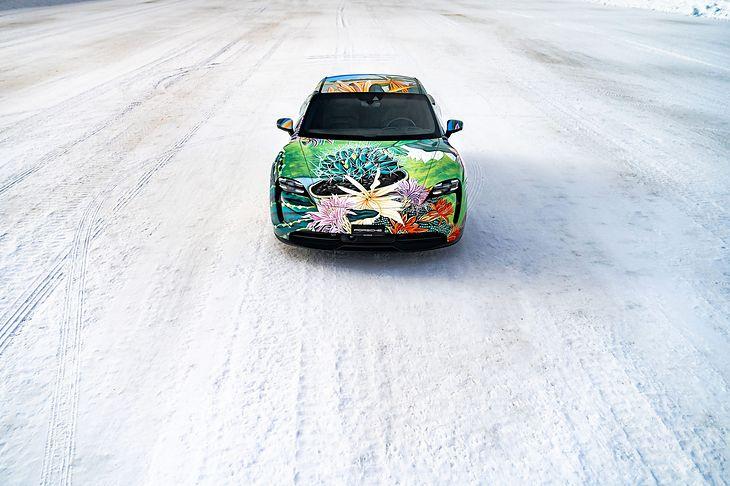 Taycan został ozdobiony obrazem z 2010 roku.