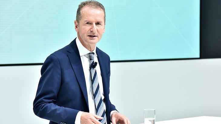 Mimo zarzutów Herbert Diess nadal pełni funkcję prezesa Volkswagena.
