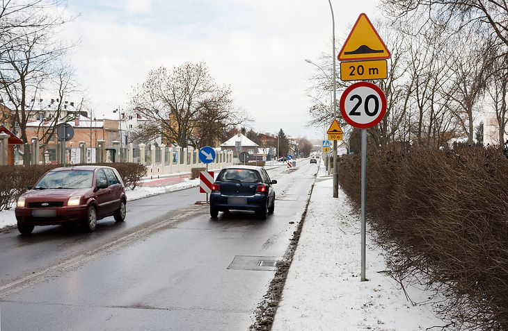 Progi zwalniające chronią pieszych. Mają jednak też swoje wady. To nie tylko kwestia uszkodzeń samochodów, ale też zwiększonej emisji spalin i pyłów