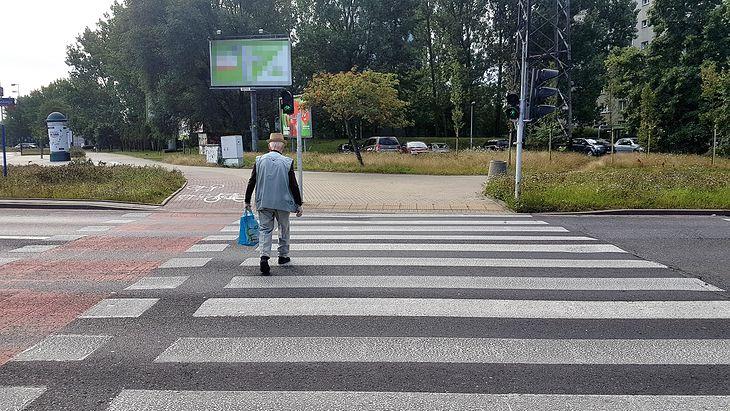 Największą uwagę trzeba zachować przy przejściach bez sygnalizacji świetlnej.