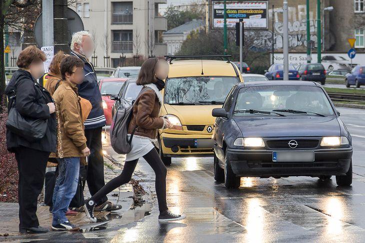 Zatrzymanie się przed pieszymi czekającymi przed przejściem dziś jest kurtuazją. Niebawem ma być nakazane prawem.