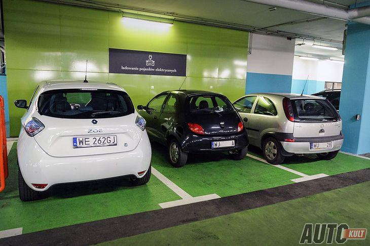 Działanie stacji do ładowania samochodów elektrycznych wygląda w praktyce tak samo w różnych częściach świata. Tu tylko jedno auto na trzy miejsca rzeczywiście się ładuje.