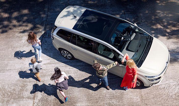 Wieloosobowa rodzina może podróżować jednym autem pomimo ograniczeń.