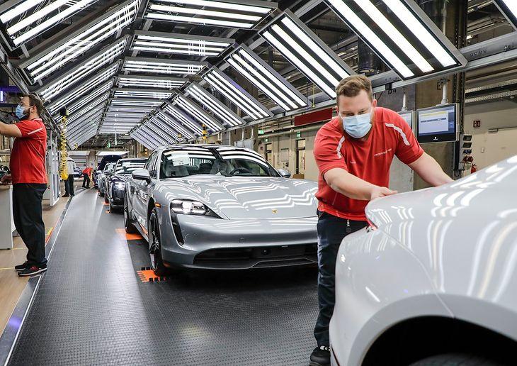 Porsche Taycan wbrew trendom i wyliczeniom księgowych znalazł swój dom w centralnych zakładach marki w Zuffenhausen