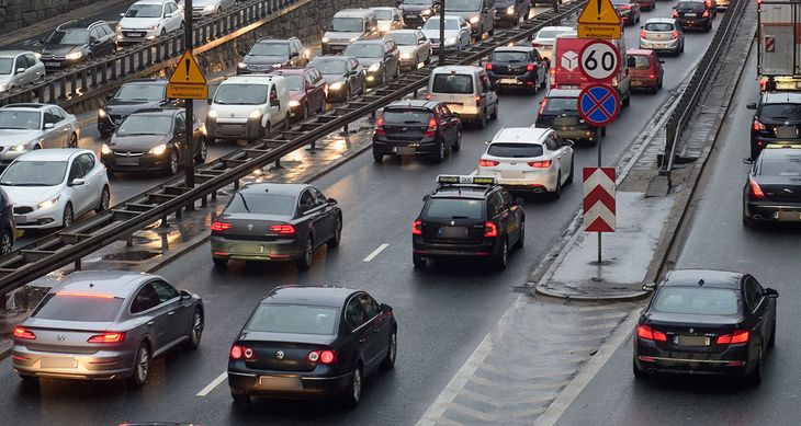 Mniejsza liczba klientów i duże wydatki rozwojowe - to rpzepis na kłopoty producentów aut