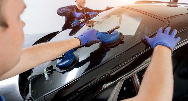 Wymiana szyby samochodowej to delikatna operacja, którą warto powierzyć fachowcom