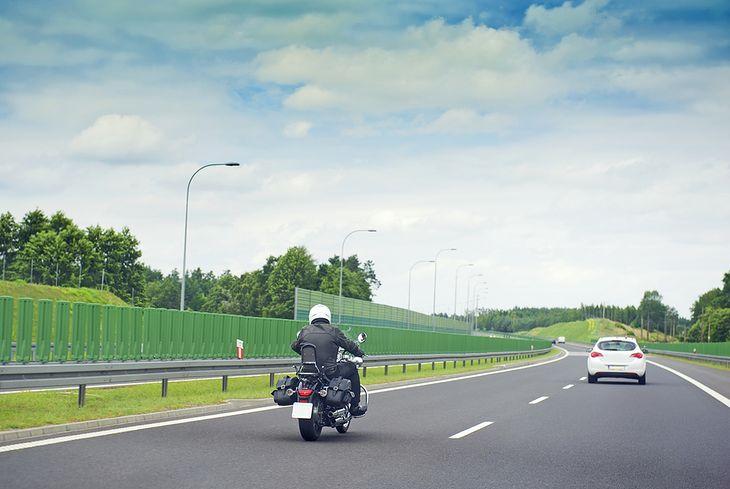 Motocykl na autostradzie - zdjęcie z Shutterstock