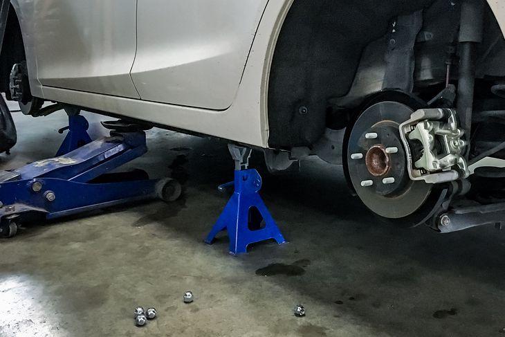 Помните, что во время ремонта автомобиля, даже используя твердую «лягушку», поместите твердую опору (так называемую кобылу) для безопасности.