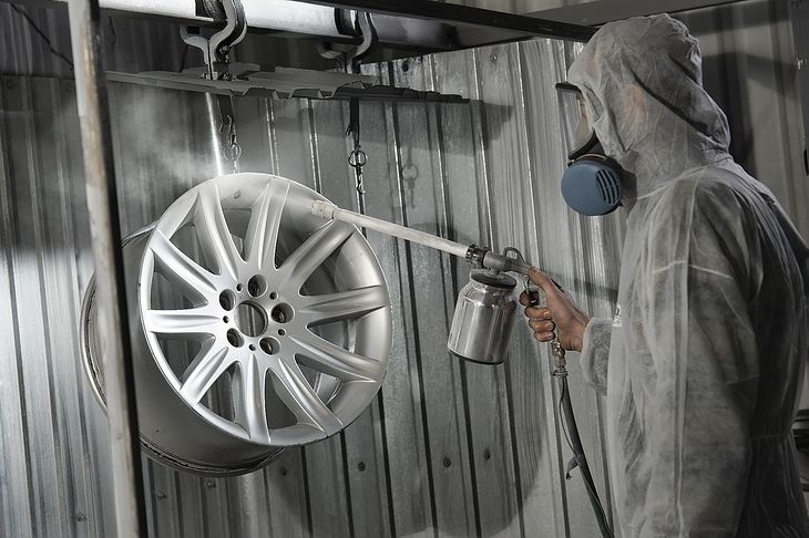 Malowanie felg wymaga odpowiedniego przygotowania. Zwykle zaleca się piaskowanie.
