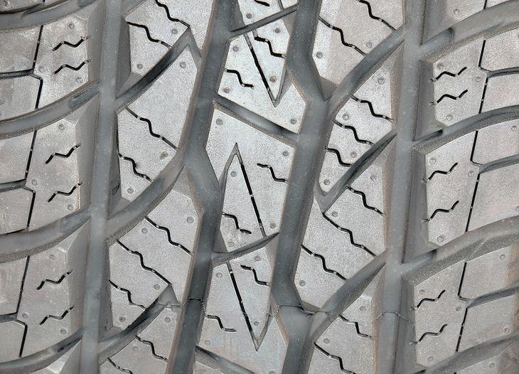 Zdjęcie bieżnika opony (fot. Shutterstock / Thananya Apiromyanon)