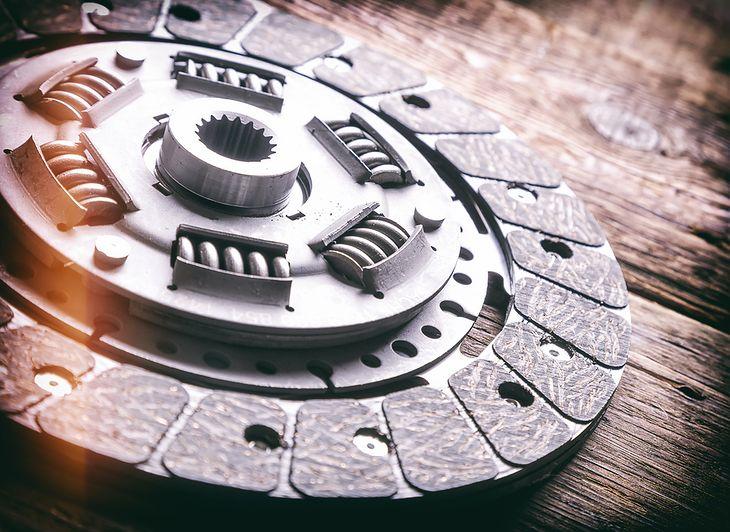 Zdjęcie tarczy sprzęgła z Shutterstock.com