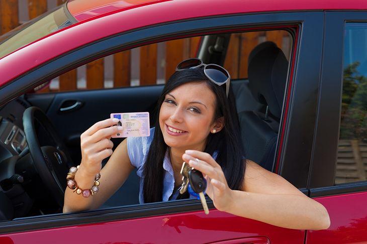 Kobieta z prawem jazdy z Shutterstock