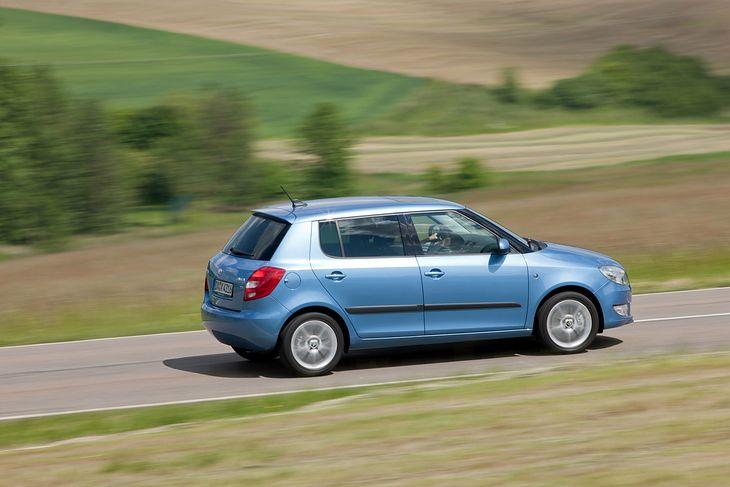 Skoda Fabia II (Typ 5J) to jeden z najpopularniejszych modeli w swoim czasie. Świetna propozycja dla rodzin szukających rozsądnego, taniego i niezawodnego samochodu.