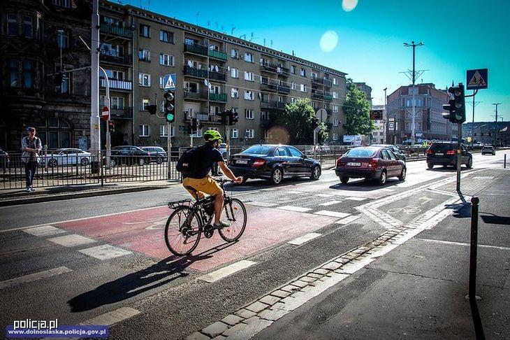 Nie wszędzie są ścieżki rowerowe. Tam, gdzie ich nie ma, rowerzyści muszą jechać ulicą.
