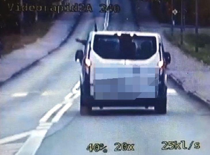 Ten 23-letni kierowca uznał wyrzucenie śmieci przez okno auta za świetny pomysł. Później musiał po nie wrócić