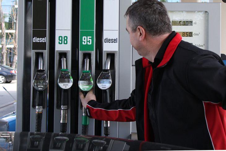 Posiadanie samochodu spalinowego z czasem ma się coraz mniej opłacać