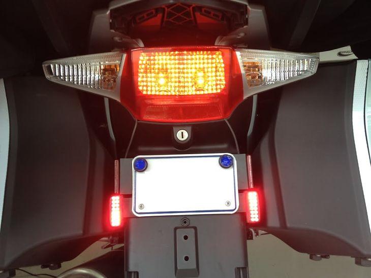Podwójne światło STOP standardowe oraz dodatkowe dwa światła hamowania LED w motocyklu BMW R1200RT - układ legalny w świetle prawa amerykańskiego, ale wątpliwy z punktu widzenia obecnego prawa polskiego i europejskiego (regulaminy EKG ONZ).