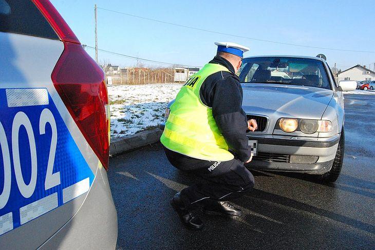Kłopoty z oświetleniem częściej spotykają kierowców aut z tradycyjnymi reflektorami, a wymiana żarówki nie zawsze jest łatwa