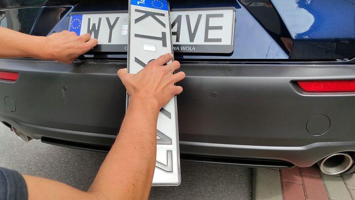 """Nabywca używanego auta będzie mógł zaoszczędzić 80 zł. Dziś płaci za nowe """"blachy"""", których tak naprawdę nie potrzebuje"""