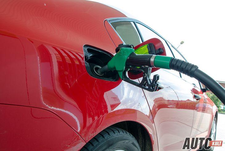 Wielu kierowców wierzy w ukryte moce paliwa o wyższej liczbie oktanowej (fot. Marcin Łobodziński)
