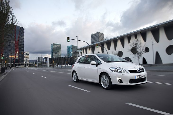Toyota Auris Hybrid ma mniej niż 10 lat i zapłacisz za nią ok. 35 tys. zł.  Może być tanią przepustką do nieznanego jeszcze wielu kierowcom świata hybryd.