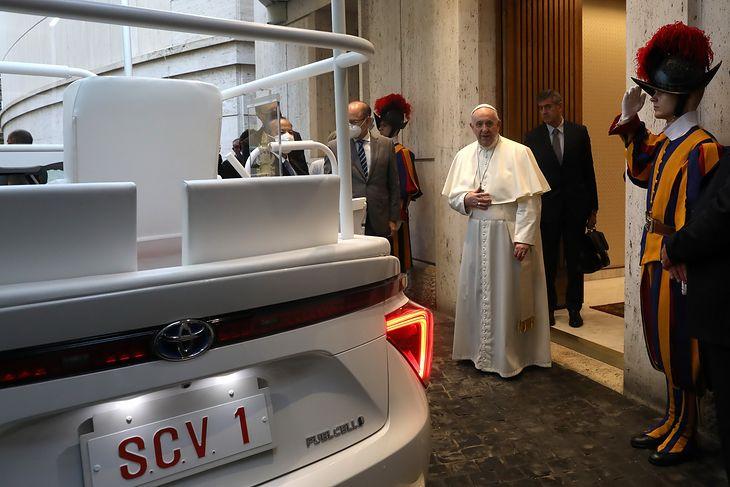 Toyota Mirai to prezent od japońskiego episkopatu.