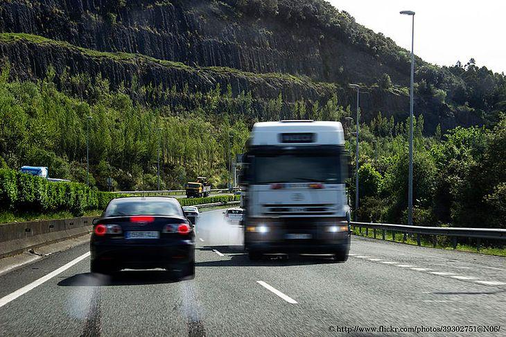 Ciężarówka jadąca pod prąd to widok, który może zmrozić krew w żyłach (zdjęcie poglądowe)