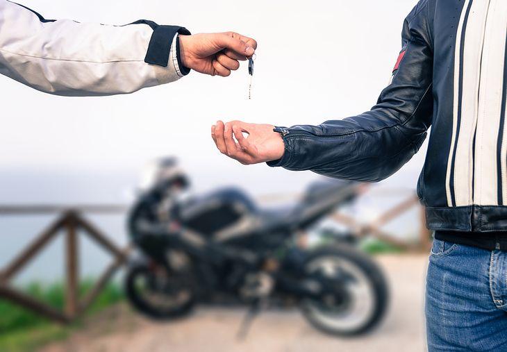 Zasadniczo umowa sprzedaży motocykla jest równoważna z umową sprzedaży samochodu. Mamy dla was gotowy i bezpieczny wzór, przygotowany przez prawnika.