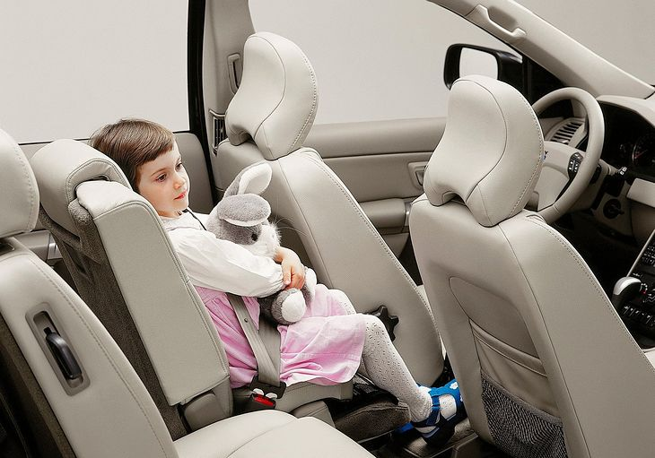 Volvo XC90 (первое поколение) оснащался детским сиденьем.  Самый безопасный из возможных - в середине тыла.  Заводское сиденье спроектировано так, что вам не нужно использовать второе сиденье.
