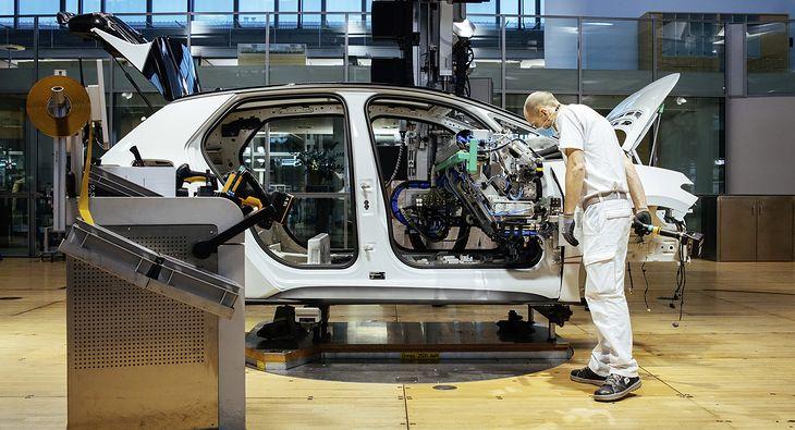 Siła robocza 6 fabryk Volkswagena uszczupli się o niemal 4 proc.