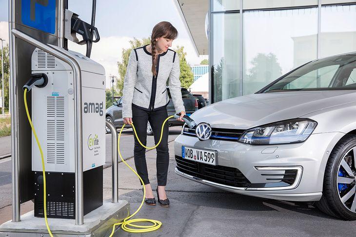 Szybką ładowarką prądu stałego auto hybrydowe plug-in można solidnie podładować w ciągu kilkunastu minut. Elektryka naładujecie w niecałą godzinę.