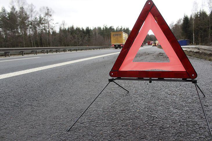 Zgodnie z przepisami, trójkąt ostrzegawczy na autostradzie i drodze ekspresowej powinniśmy ustawić 100 metrów za pojazdem