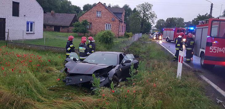 Ferrari mocno ucierpiało w wyniku wypadku.