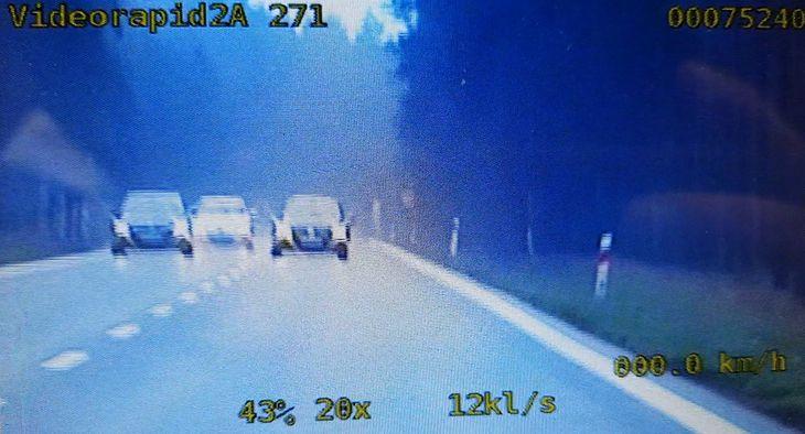 Kierowca prawie zderzył się z radiowozem.