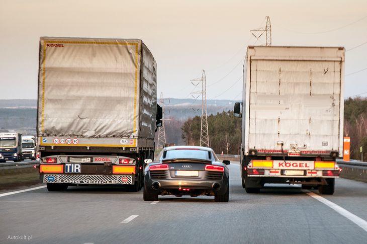"""Jedna z moich """"ulubionych"""" scen zarejestrowanych na polskiej autostradzie. Pójdzie środkiem czy nie?"""